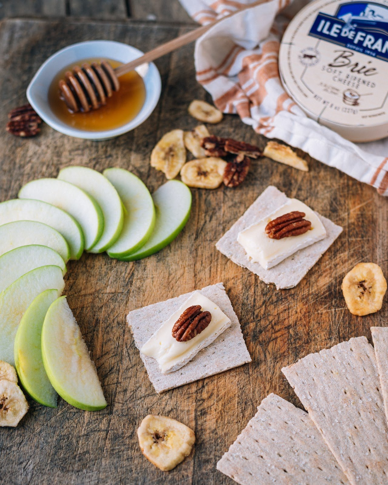 Ile de France Brie, honey and apple with crackers